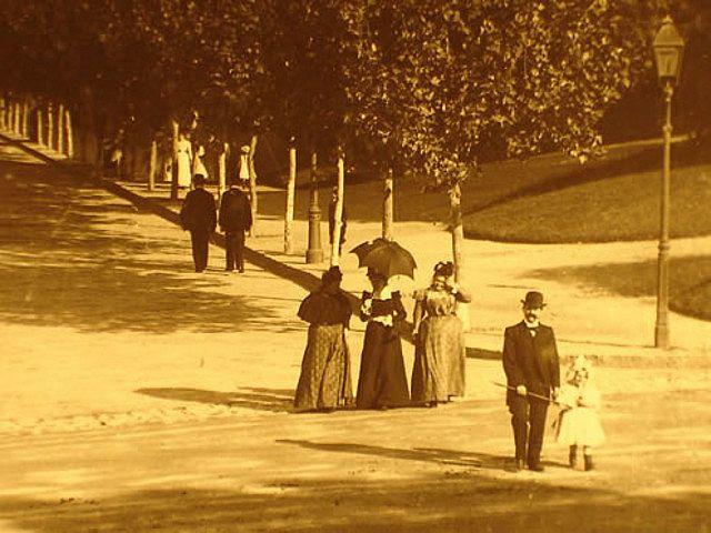 Foto hacia 1910. Gente paseando por la entonces av. Alvear, hoy av. Libertador en Palermo. Foto Colección Witcomb