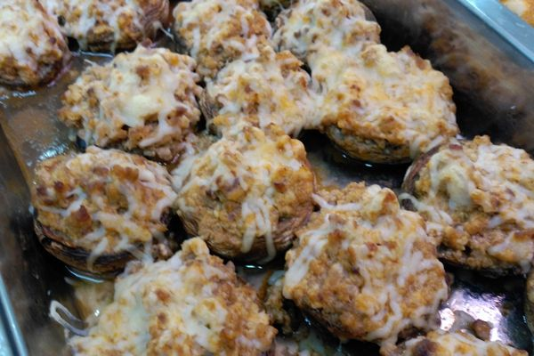 Carnicería y comidas caseras Antonio - Berenjenas rellenas. Berenjenas rellenas y cubiertas de queso gratinado.