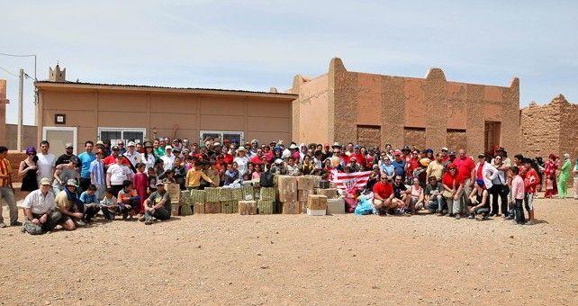 La quinta etapa del Rally Clásicos del Atlas Solidario se ha desarrollado entre Merzouga y Errachidia, cumpliendo con su compromiso de entrega de material para la escuela de la pequeña población de Begaa.
