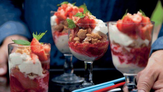 Rabarber- og jordbærtrifli med makroner og vaniljecreme | Femina // strawberry + desert