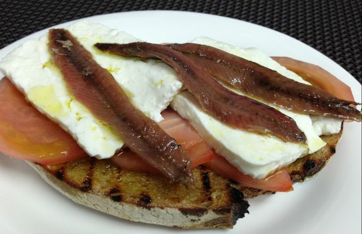 Mediterranean Toast with cottage cheese, tomato and Olasagasti Cantabrian Anchovies.  Tosta con queso fresco, tomate y anchoas del Cantábrico.