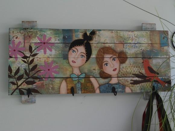 Cabideiro de madeira reciclada, todo pintado à mão, com 4 ganchos, estilo vintage R$250,00