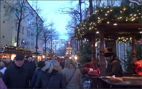 Gezellige drukte op de kerstmarkt van de Altstadt in Keulen. #keulen #kerstmarkt #altstadt