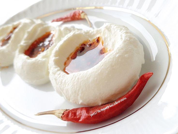 nefis bir meze oluyor.kesinlikle tavsiyemdir...ızgara menüsüne çok yakışıyor. kahvaltı sofraları içinde hazırlayabilirsiniz.acı seven...