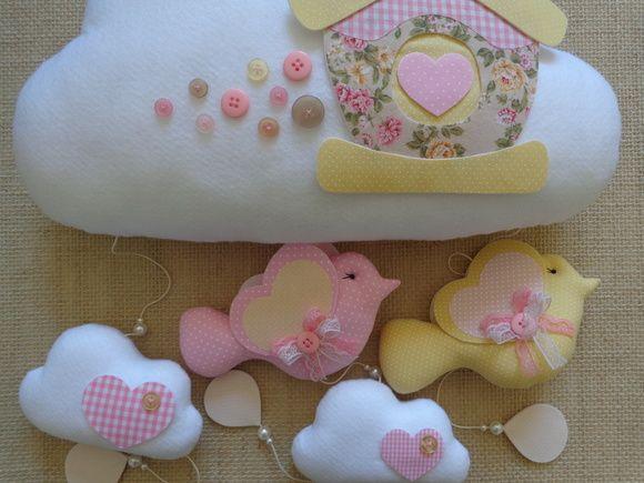 OBSERVAÇÃO: Para o produto chegar a você deve ser considerado 8 dias úteis para postagem + tempo de correio!! Quer deixar o ambiente super estiloso!!!! com este lindo móbile em formato de nuvem em feltro e tecido, nas cores: branco, rosa e amarelo...acompanha pássaros..nuvens...botões e uma lind...