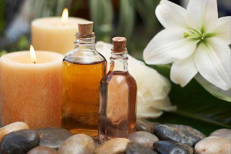 Comment appliquer une huile essentielle sur la peau ? Comment savoir si vous êtes allergique à une huile essentielle ? Appliquez 1 goutte (seulement 1) d'huile essentielle sur le pli du coude et attendez 24 h. Si aucune réaction, irritation, rougeur n'apparaît au-delà de ce délai, vous ne faîtes pas d'allergie à cette huile essentielle. Vous pouvez donc l'utiliser sur votre peau mais lisez attentivement l'article sur le site.
