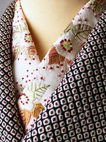 絞りの着物にも襟もとに刺繍のお花をあしらうことで、華やかさが一気にアップします。