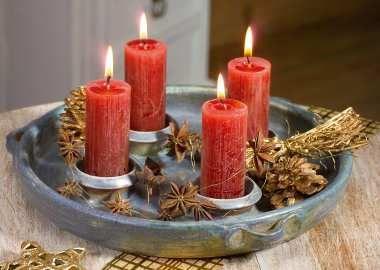 Kerzenteller aus granitfarbener Keramik mit 4 Kerzenhaltern. Geeignet zur Dekoration mit Zweigen, Blüten oder Tannenzapfen. Komplett mit 4 roten Kerzen, ø 27 cm.  Töpferei Langerwehe Germany