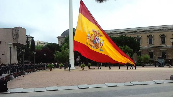 Si mañana a las 12h estás por #Madrid ven con nosotros al Izado de Bandera en la Plaza de Colón  #MiraQueEsBonita