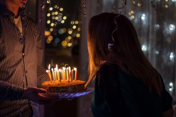Młodsze pokolenie jest jednak bardziej rozrywkowe i huczne świętowanie 30. 40. czy 50. urodzin. Zobacz, fajne pomysły na prezenty urodzinowe.