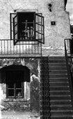 Otevřené okénko (4672) • Praha, srpen 1966 • | černobílá fotografie, zadní trakt Výtoně, bývalá celnice, Podskalí, schody |•|black and white photograph, Prague|