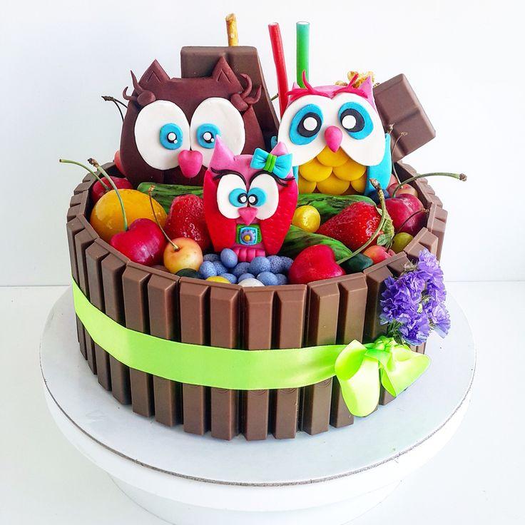 """Мегашоколадный тортик, для тройного дня рождения  бабушки и двух её внучек. """"Совушки"""" фруктово-шоколадный торт с кремчизом и ягодами. Автор Instagram.com/_karambolina_and_son"""