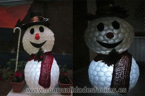 Muñeco de nieve hecho con vasos de plastico