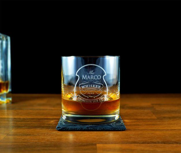 Auf hochwertigem handgeschliffenem Kristall wird das Whisky Glas, mit deiner persönlichen Wunschgravur, ein besonderes Geschenk. Egal wie spät es ist, die Gläser machen den Abend zu einer Happy...