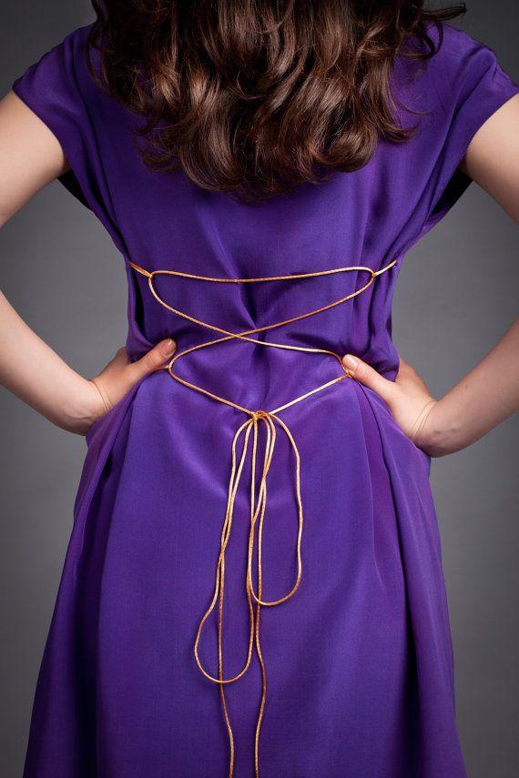 Handgeschilderde zijden jurk. Zomer zijden jurk. Paarse cocktailjurk. Designer Bruidsmeisjesjurk. Elegante partij jurk. Prom jurk. Bruidsmeisjesjurk. Op bestelling gemaakt.  Ik zal het maken volgens uw metingen. Als u wilt bestellen deze jurk Stuur me een convo met uw metingen BUSTE TAILLE HEUPEN LENGTE VAN DE JURK  HET DUURT ME ONGEVEER TWEE WEKEN OM DEZE JURK VOOR U MAKEN.  Het komt verpakt in een zip-lock zak met een laag van karton om te beschermen tegen stof, vocht of schade.  De…