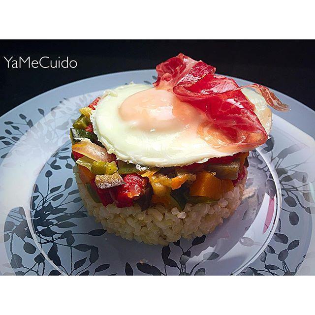 Timbal de arroz integral con verduritas, huevo y jamón ibérico - Ya me cuido
