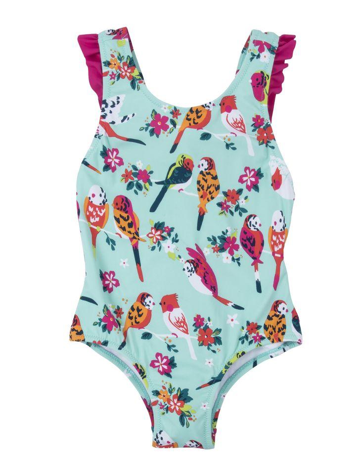 Groen met roos gekleurd meisjes badpak van het kinderkleding merk hatley, dit badpak heeft een dieren print van tropische vogels. De schouders zijn mooi afgewerkt met roze fronsen en een roze strik achter op de rug.