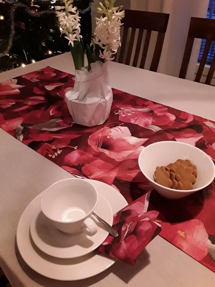 Anis kahvikuppi, Amaryllis kaitaliina ja Amaryllis servietti.