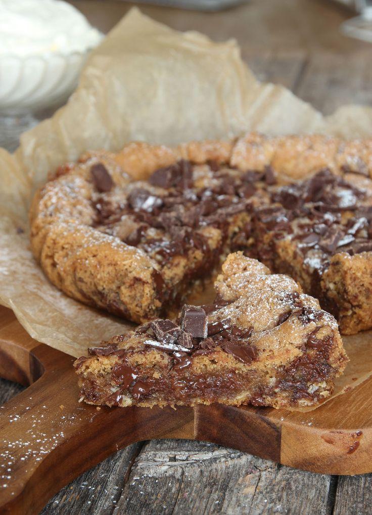 Stor amerikansk chocolate chip cookie med kola. Ser jätte god ut, knaprig i kanterna och mjuk inuti med choklad och dumle.