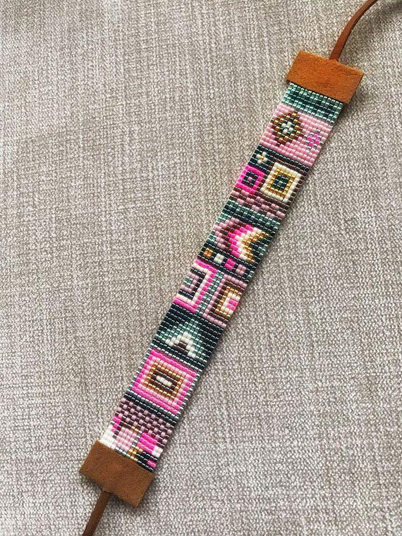 Handgemaakte kralen armband met Japanse Miyuki Delica kraaltjes (bead loom) 6 verschillende kleuren werden gebruikt in deze armband. Deze armband is 16 cm lang en vanwege haar suède eindigt het is verstelbaar en polsen tussen 16 cm - 28 cm zou passen. Als de grootte van uw pols