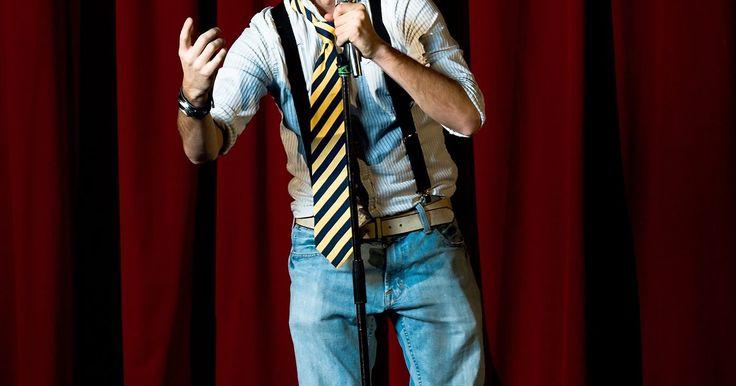 Cómo desarrollar una rutina de stand up comedy. Los espectáculos de stand up comedy requieren un poco de imaginación, planificación y observación. No debes cometer los siguientes errores: contar chistes inapropiados, dejar escapar tus mejores bromas al comienzo de tu acto, malentender las reacciones del público y olvidarte de los remates graciosos. La mejor forma de desarrollar esta rutina, y ...