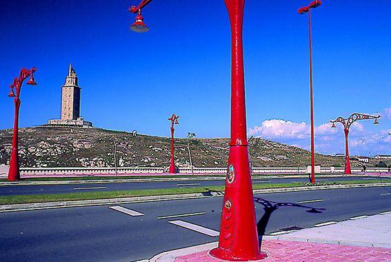 """Disfruta de la """"Ruta Descubriendo #ACoruña"""", el tren turístico de @Renfe que te traerá hasta la #TorredeHércules"""