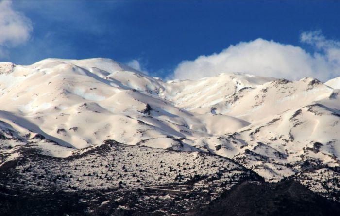 "White mountains in Chania Crete, covered with red sand from Africa.  ""Μουσαφίρηδες"" επισκέπτονται συχνά πυκνά την Κρήτη από τον νότο κουβαλώντας στις αποσκευές τους τόνους από άμμο. Με τη δύναμή τους, τη σκορπίζουν στις γειτονιές των ανθρώπων χωρίς να γλυτώνουν από τη μανία τους ούτε τα Λευκά Ορη. Ετσι, τις τελευταίες μέρες οι νότιοι άνεμοι ""κοκκίνισαν"" τη Μαδάρα, σμιλεύοντας το χιόνι της,  μετατρέποντας ταυτόχρονα τη λευκή ομορφιά του σε λερωμένη φορεσιά. ΕΙΡ. ΚΑΛ."