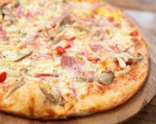 Recette de Pizza reine maison. Facile et rapide à réaliser, goûteuse et diététique. Ingrédients, préparation et recettes associées.