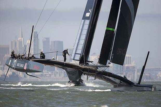 catamarano AC72 di Oracle nella baia di San Francisco.