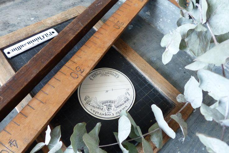 R�gles en bois, pour mesurer les rubansDeux m�tres disponibles : - M�tre plat en bois blond avec des ferrures en laiton aux extr�mit�s- M�tre carr� en bois fonc�