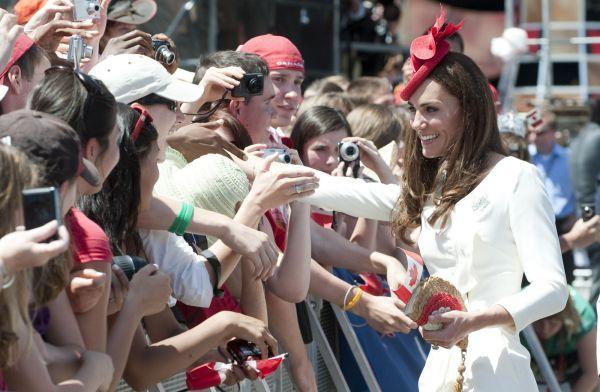 """Vojvodkyňa Kate na oslavách Dňa Kanady """"zrecyklovala"""" biele šaty, ktoré mala na sebe pri fotení oficiálneho zásnubného portrétu. Svoj vzhľad osviežila len červeným klobúkom."""