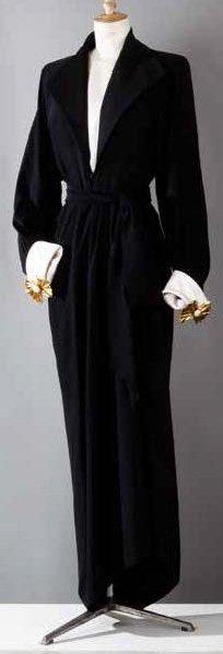 Yves SAINT LAURENT Haute couture n°63773 Robert Goossens Automne-Hiver 1988-1989 Robe-smocking en crêpe de soie noir, corsage à col châle cranté en satin sur profond décolleté caché par une demi-blouse… - Gros & Delettrez - 14/10/2013