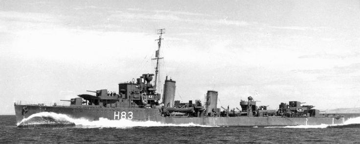 Канадский эсминец «Сен Лоран» (HMCS St. Laurent) идет в море.
