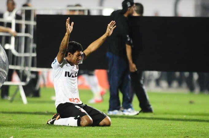 Sport Club Corinthians Paulista - Paulinho comemora a conquista da Libertadores pelo Corinthians