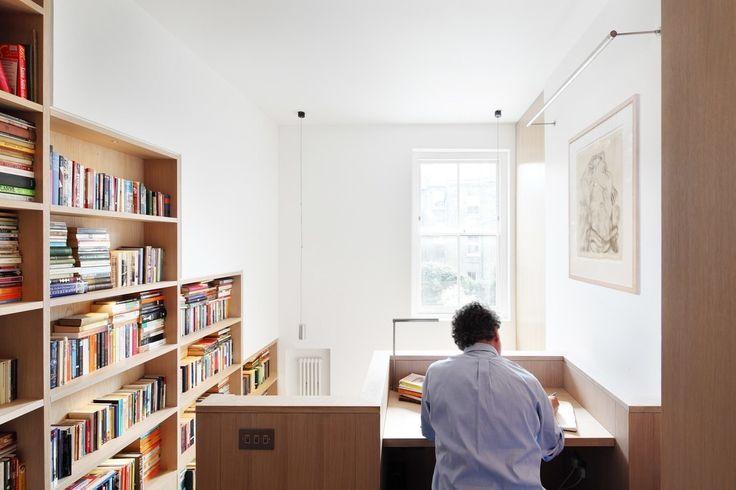 Miejsce do czytania, domowa biblioteka, drewniane półki, drewniane regały. Zobacz więcej na: https://www.homify.pl/katalogi-inspiracji/15945/homify-360-dom-z-ksiazek-w-londynie