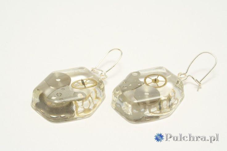 Sześciokątne kolczyki z żywicy z trybikami zegarowymi steampunk (srebrne bigle) / Hexagonal steampunk resin earrings #earrings #steampunk #cogs #resin #transparent #jewelry #pulchra #hexagonal
