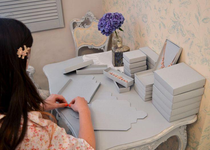 I krabičky na šperky jsme si navrhli a nechali vyrobit na míru. Jejich skládání je příjemná relaxace.