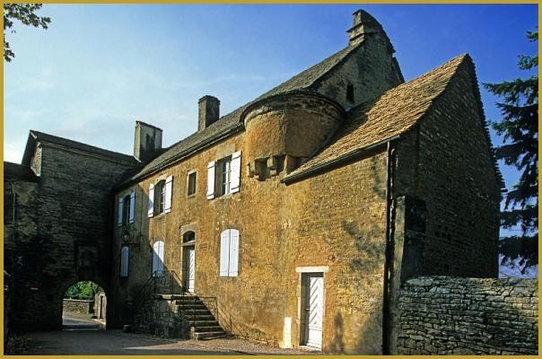 Abbaye du XVIe siècle et de la maison Renaissance du Froid-Pignon du confesseur de l'abbaye de Château-Chalon, dans la rue de la Roche, face à l'église Saint-Pierre.