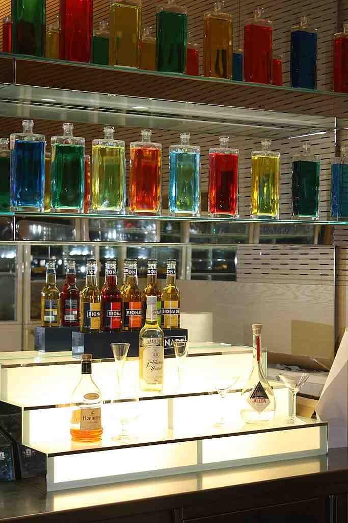 https://i.pinimg.com/736x/57/71/5a/57715a00f275737f4e7badd275577075--glass-shelves-home-bars.jpg