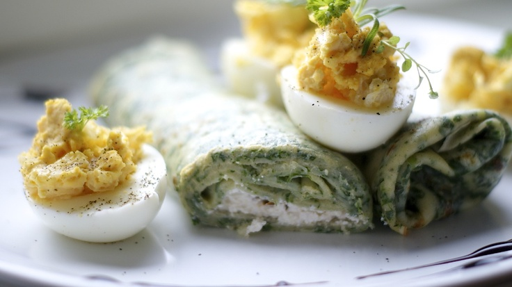 Szpinakowe naleśniki z ricottą, suszonymi pomidorami i faszerowanym jajkiem/ Spinach pancakes with ricotta cheese, sun dried tomatoes and stuffed eggs