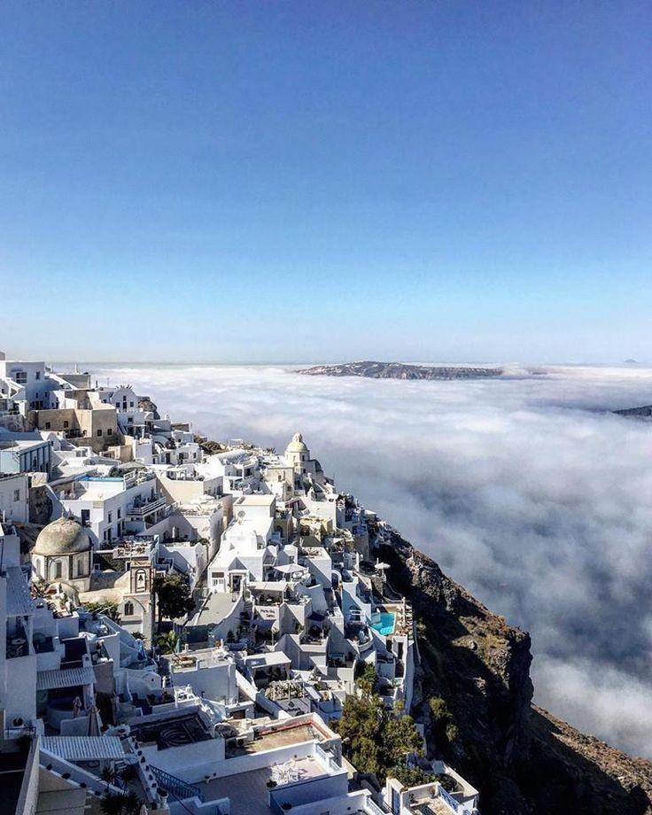 An extraordinary phenomenon in Santorini. The island rises above the clouds ! Fotos : Adreas Patiniotis