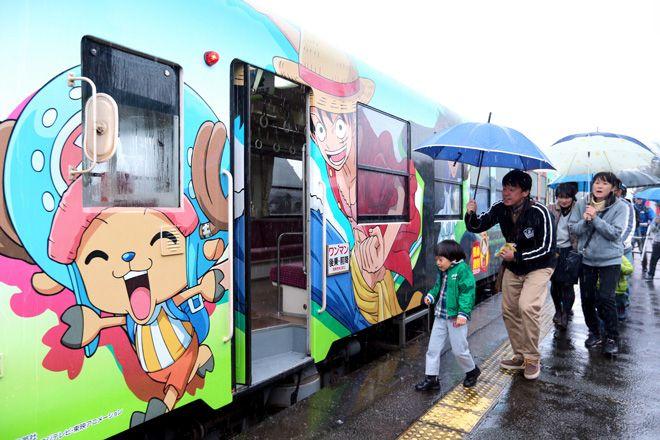 Deux trains spéciaux d'un morceau diffusé à Kumamoto, en province Eiichiro Oda, dans le cadre d'une campagne visant à revitaliser après les dégâts causés par un tremblement de terre de 7,3 sur l'échelle de Richter qui a frappé la région en avril 2016.  En plus de l'art sur mesure à l'extérieur...  http://www.newsmangas.fr/trains-de-one-piece-projet-de-remise-de-kumamoto/ One Piece