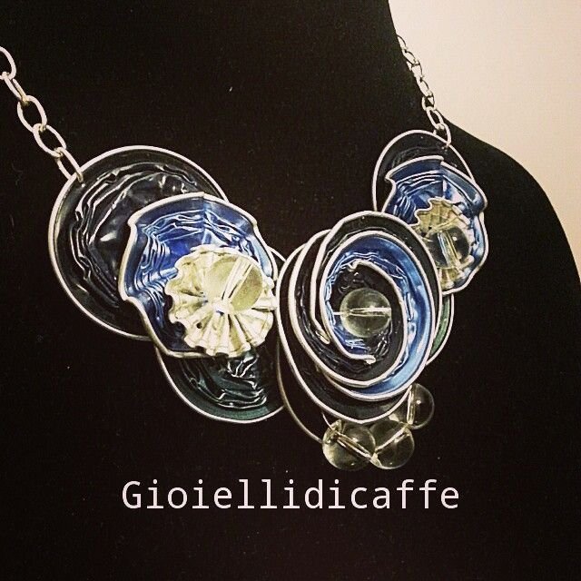 Collana blu e azzurro Nespresso #gioiellidicaffe #gioielli #capsule #nespresso #caffe #coffee #nespressocafe #ciondolo #collanafiore #collar #necklace #riuso #collana #blacknecklace #flowers #fioreblu #cialde #caffè #coffee #nespressocafe #azzurro #collanaazzurra #collanablu #riuso #riciclare #recycling #handmade #madeinitaly