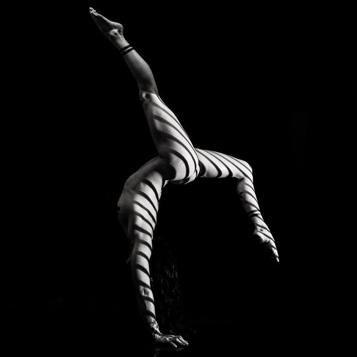 En Flow impartimos clases de Verticales, en las cuales el trabajo se centrará en la correcta colocación del cuerpo. El trabajo incluye preparación física para el equilibrio de manos, fortalecimiento de brazos, muñecas, hombros, cuello (puntales) y zona lumbar.