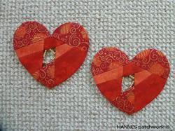 Disse meget søde hjerter i patchwork er ikke til at stå for. Der er pap til 2 hjerter på dette A3 ark. Det kan være perler i hullerne, så de bliver meget søde og lette.