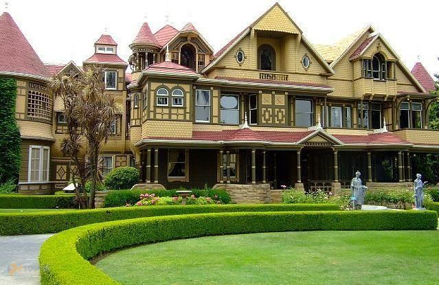 Дом Винчестеров – #Соединённые_Штаты_Америки #Калифорния (#US_CA) Winchester Mystery House, особняк вдовы сына знаменитого оружейного промышленника, как-то не особо похож на дом с привидениями, по крайней мере, снаружи. Но, попадая внутрь и видя множество никуда не ведущих дверей и лестниц, несуразных перегородок и окон, понимаешь, что у его хозяйки точно что-то не так было с головой... http://ru.esosedi.org/US/CA/1000065728/dom_vinchesterov/
