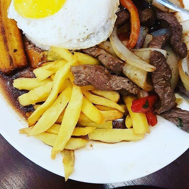 Restaurante Riconcito Peruano em Moema,  Salteado Lomo a lo Pobre (carne, cebolla, tomate, plátano, huevo frito con arroz blanco) ..traduzindo é um PF peruano  bommmm demais!!! Comida e ambiente sem frescura. Over posting!! #peruano #peru #moema #riconcitoperuano #food #instafood #moematips #pf #minhamoema