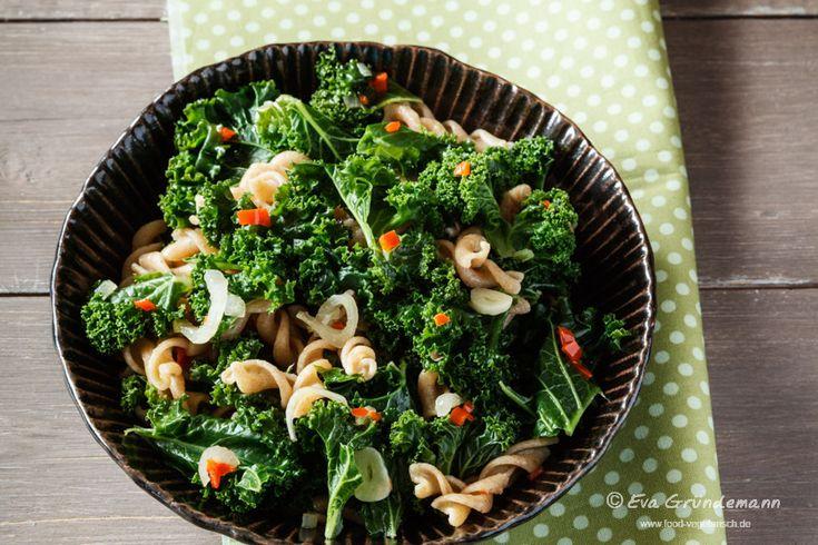 Grünkohl mit Pasta und Chili - ein vegetarisches und vollwertiges Rezept, das sich blitzschnell zubereiten lässt.