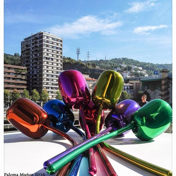 """""""Tulipanes"""" de Jeff Koons en el Museo Guggenheim de Bilbao. """"Tulips"""" by Jeff Koons at the Guggenheim Museum Bilbao."""