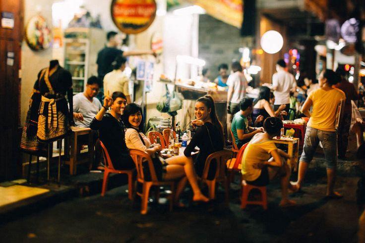 В городе Хошимин приветливые вьетнамцы. Прогулка по ночным улицам.